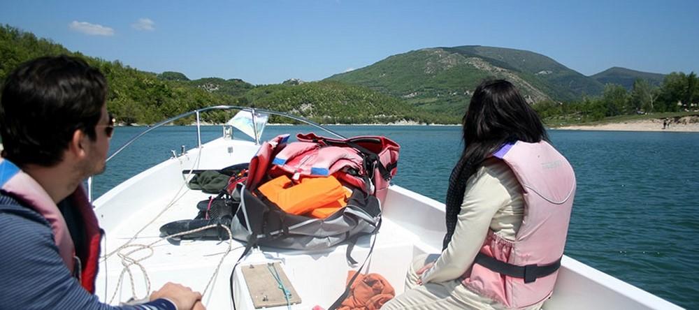 Pannello Solare Per Motore Elettrico : Tour naturalistico sul lago di fiastra con barca a motore